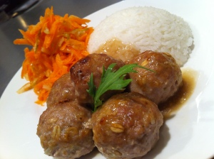 Quick weekday pork meatballs with raw carrot and pear salad